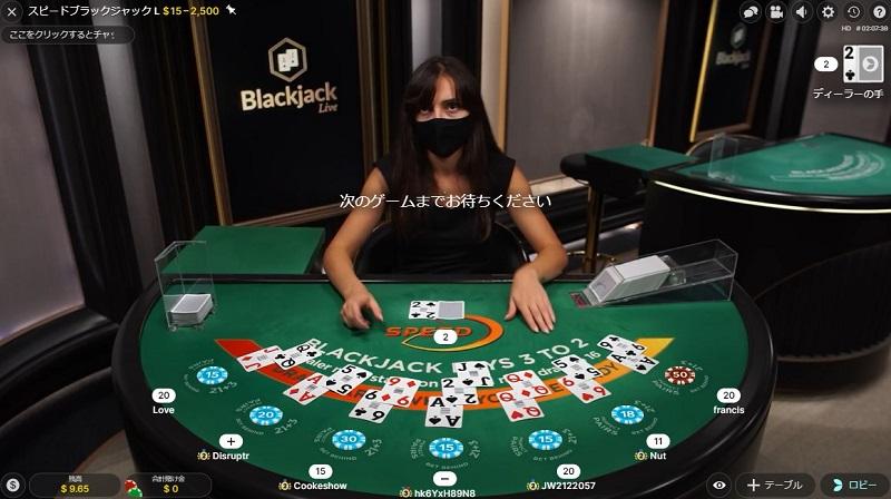 中央プレイヤーがカードを引いている